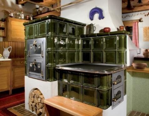 Kachľový sporák na varenie a pečenie s pečiacou rúrou