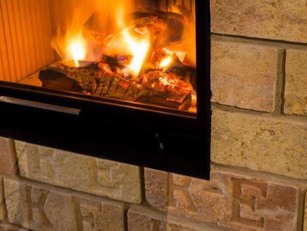 Teplovodná krbovú vložka HOXTER HAKA 67/51Wh, vďaka ktorej je možné privádzať teplo do radiátorov a podlahy, či ako ohrev teplej úžitkovej vody.